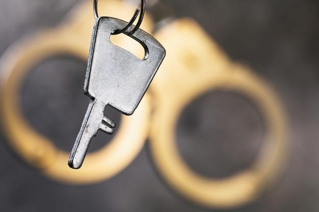 Klucz na tle kajdanek z bliska