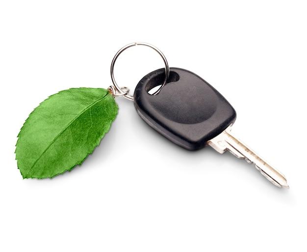 Klucz samochodowy z liściem - koncepcja samochodu przyjazna dla środowiska - na białym tle obraz