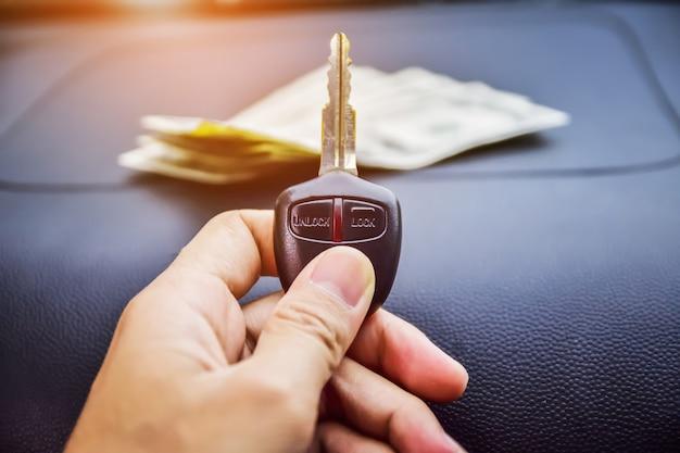 Klucz samochodu i ręka trzyma klucz samochodu