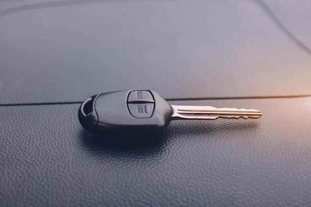 Klucz samochodu na samochód na drodze