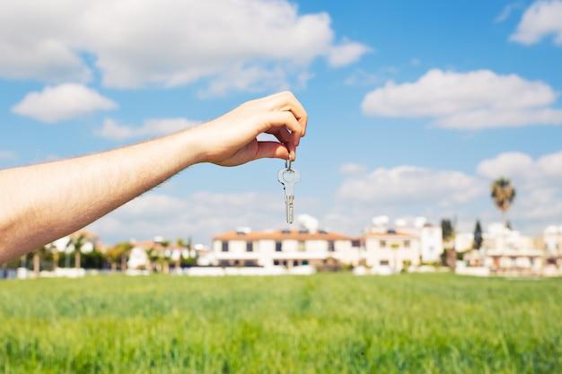 Klucz w ręku do nowego domu i nieruchomości.