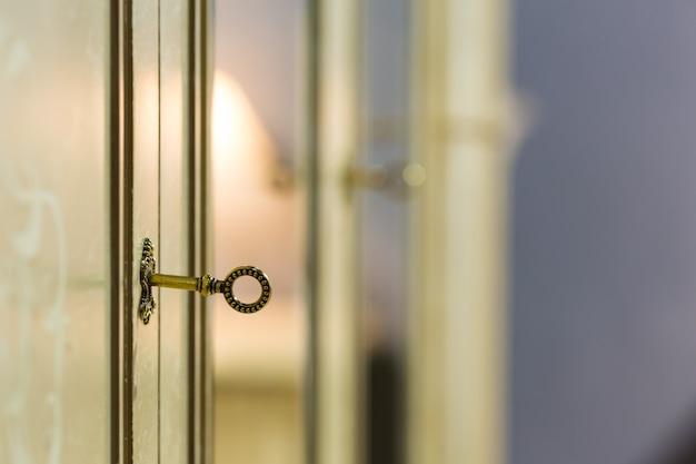 Klucz w zamku drzwi