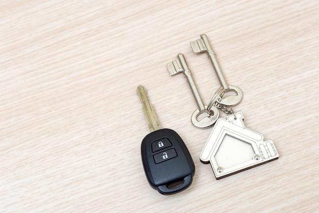 Klucze do samochodu i domu na stole. pojęcie sukcesu.