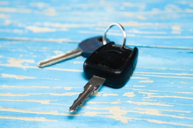 Klucze do samochodu i domu na stole
