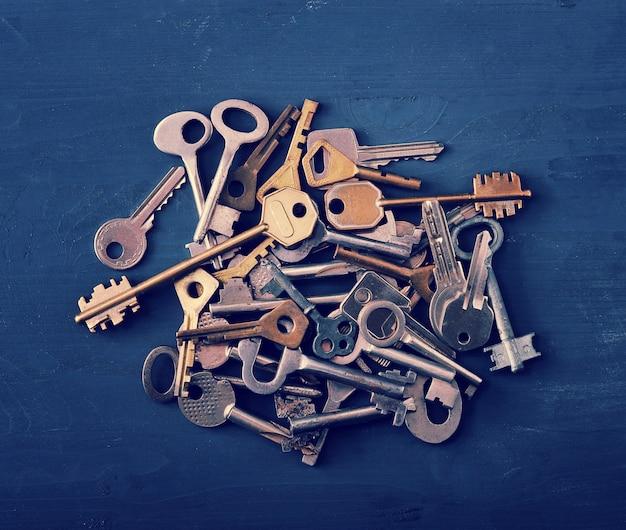 Klucze do zamków ułożone w stos