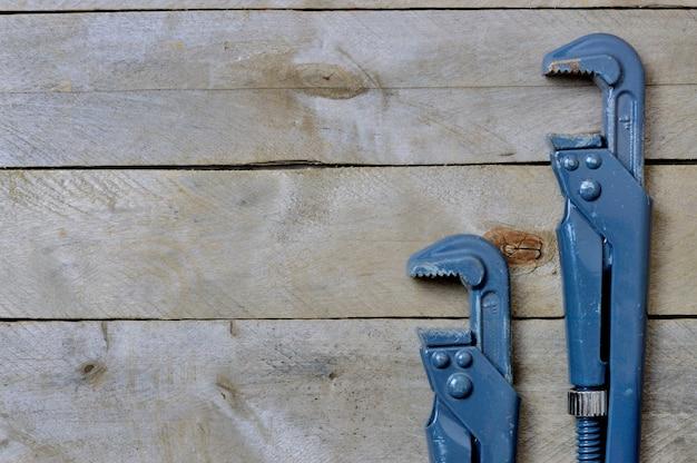 Klucze flatlay.hydraulika na drewnianym tle. copyspace