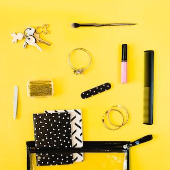 Klucze i artykuły kosmetyczne w pobliżu torby kosmetycznej