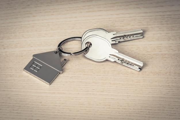 Klucze i breloki do kluczy na drewnie