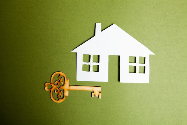 Klucze i dom na zielonym tle