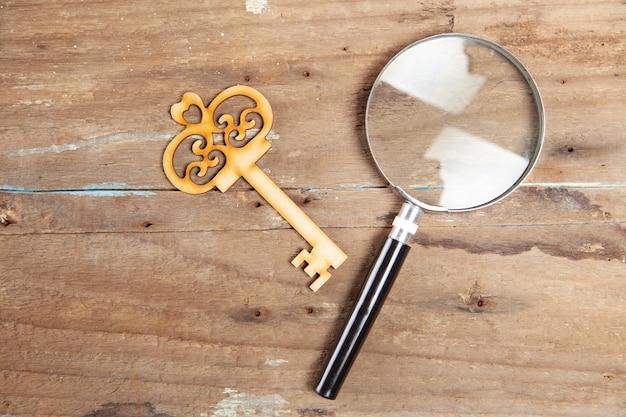 Klucze i lupa na drewnianym stole
