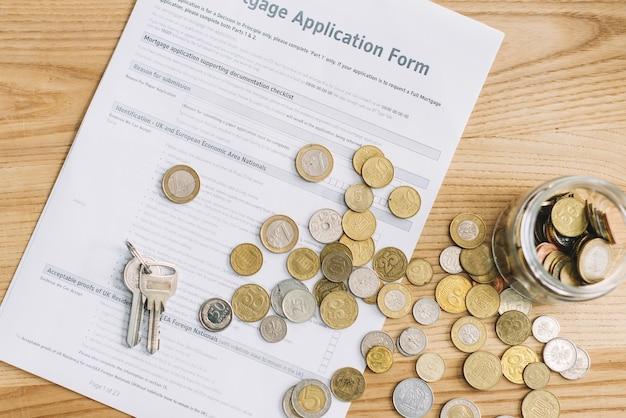 Klucze I Monety Na Formularzu Wniosku O Kredyt Hipoteczny Premium Zdjęcia