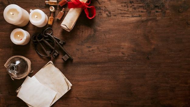 Klucze i pergamin w pobliżu świec