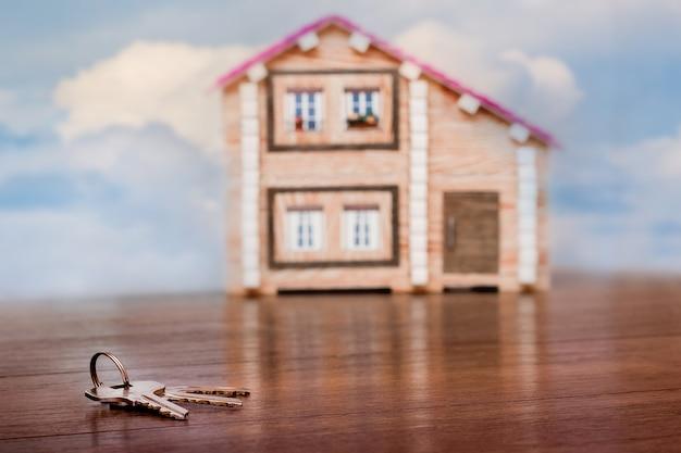 Klucze leżą w pobliżu nowego miniaturowego domu