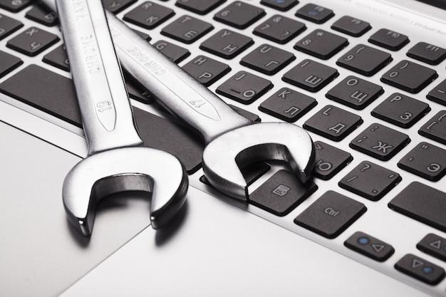 Klucze leżące na klawiaturze laptopa, zbliżenie