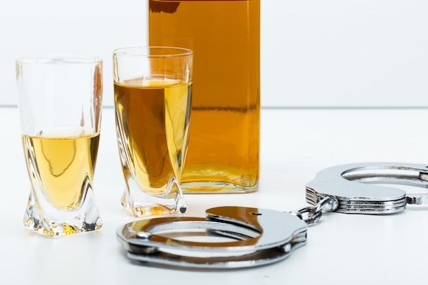 Klucze na pasku z rozlanym alkoholem