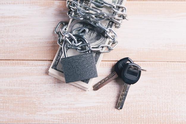 Klucze, pieniądze owinięte łańcuszkiem i zamknięte