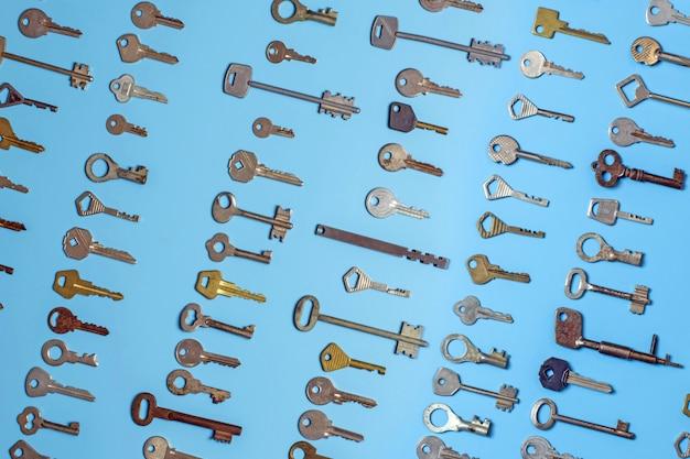 Klucze ustawione na niebiesko. klucze do zamków i sejfy do ochrony mienia i domu.