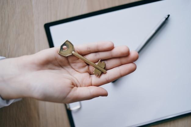 Klucze w ręku ze sprzedaży biznesowej mieszkania