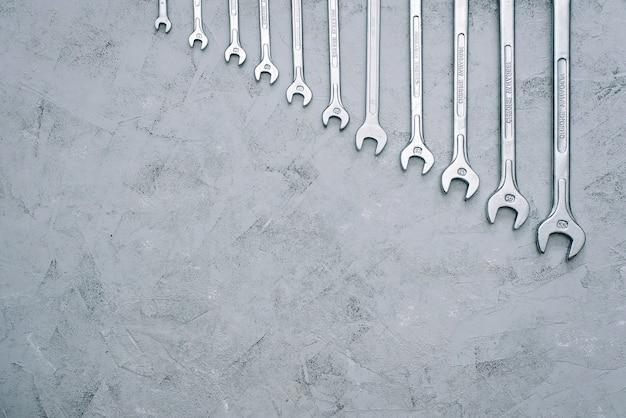 Klucze zestaw kluczy do naprawy narzędzi. zestaw kluczy o różnych rozmiarach i średnicach. leżał płasko.
