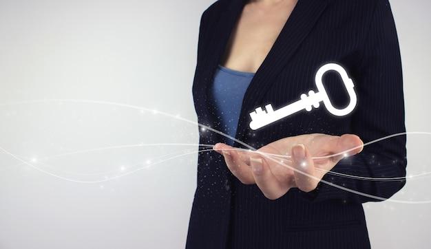 Kluczowa ikona słowa kluczowego koncepcja biznesowa. ręka trzymać cyfrowy klucz hologram na szarym tle. koncepcja bezpieczeństwa i ochrony.