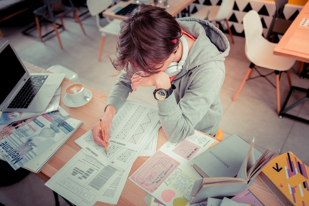 Kluczowy test. student przygotowujący się do ważnego testu językowego