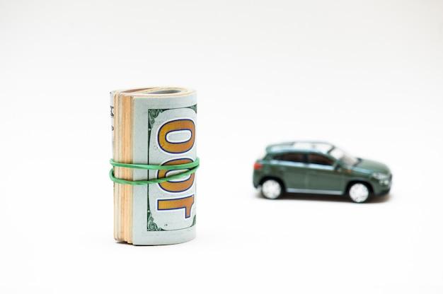 Kluczyk, mały samochód, pieniądze.