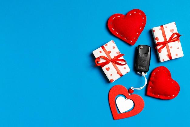 Kluczyk, pudełka na prezenty i serduszka