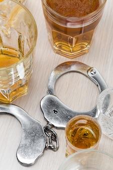 Kluczyk w barze z rozlanym alkoholem