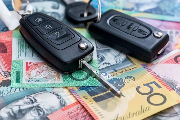 Kluczyki do samochodu na zbliżeniu tła dolara australijskiego