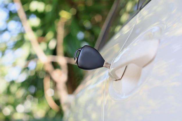 Kluczyki do samochodu pozostawione w drzwiach samochodu