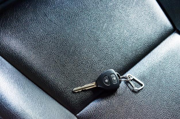 Kluczyki samochodowe na skórzanych siedzeniach. ludzie zapominają o kluczykach w samochodzie.