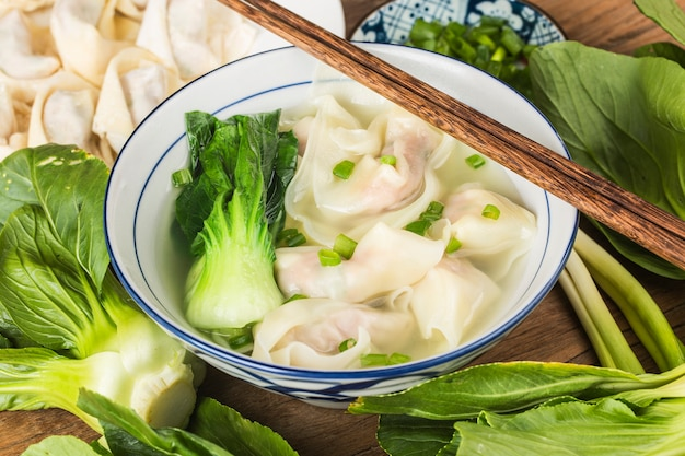 Kluska chińska wonton w przezroczystej zupie