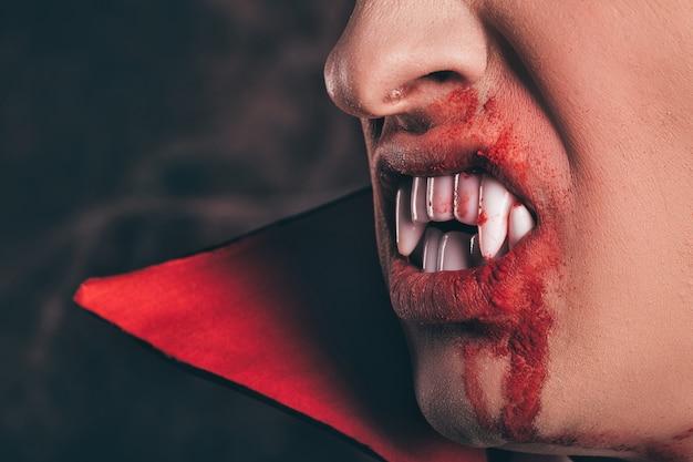 Kły i krew z bliska