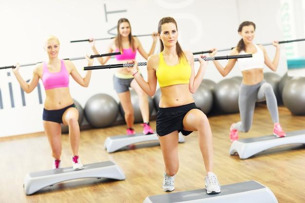 Kobieca grupa ćwicząca na siłowni