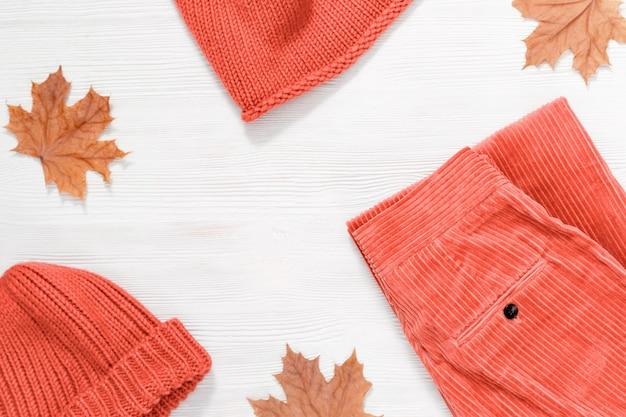 Kobieca odzież jesienna, ciepły szalik i czapka w kolorze różowym oraz spodnie ze sztruksu. zakupy przeglądu koncepcji z miejsca kopiowania. widok z góry. leżał płasko.