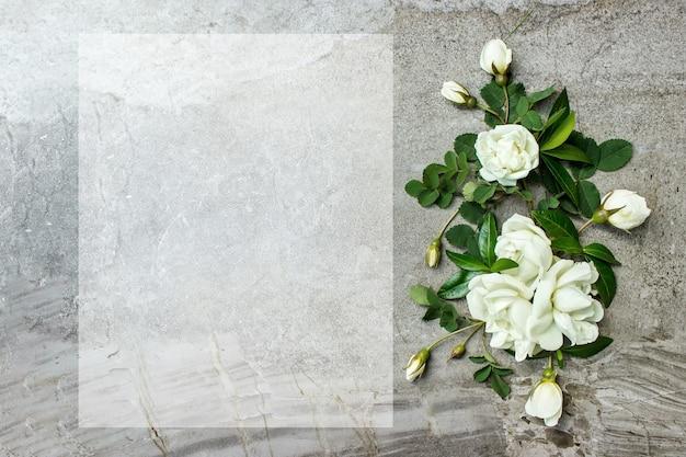 Kobieca papeteria ślubna, makieta pulpitu. pusta karta z pozdrowieniami i róże. starogrecki