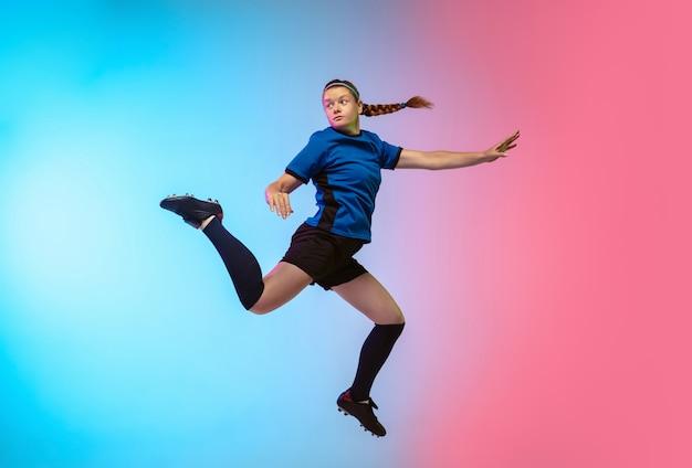 Kobieca piłka nożna, trening piłkarzy na neonowej ścianie
