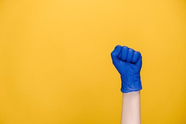 Kobieca ręka w rękawiczkach puk puk pukanie