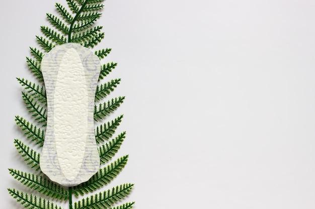 Kobieca wkładka higieniczna do menstruacji podkładka do cyklu miesiączkowego białe tło