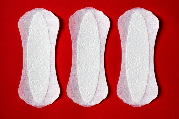 Kobieca wkładka higieniczna do menstruacji podkładka do cyklu miesiączkowego na czerwonym tle
