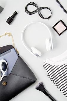 Kobiece akcesoria mody, okulary przeciwsłoneczne, notatnik, makijaż i torebka
