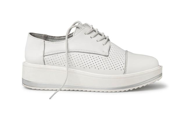 Kobiece białe skórzane buty w stylu sport na białym tle