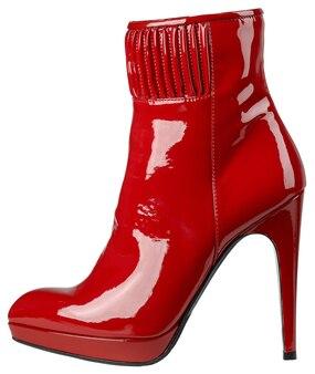 Kobiece błyszczące czerwone buty z lakierowanej skóry na wysokim obcasie na białym tle