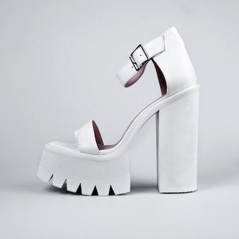 Kobiece buty na białym tle