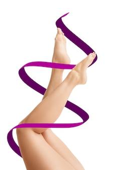 Kobiece ciało ze strzałkami rysunku. koncepcja utraty tkanki tłuszczowej, liposukcji i usuwania cellulitu. znaki na kobiecie przed operacją plastyczną. obraz nie jest retuszowanym kształtem ciała!