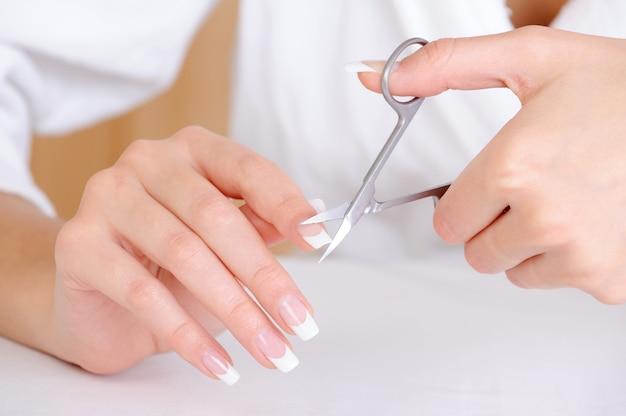Kobiece cięcie paznokci na palcu wskazującym