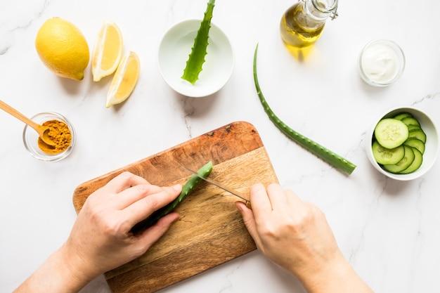 Kobiece dłonie co maseczka kosmetyczna z naturalnych składników