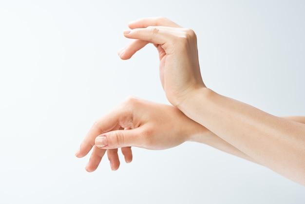 Kobiece dłonie palec masaż pielęgnacja skóry zdrowie z bliska