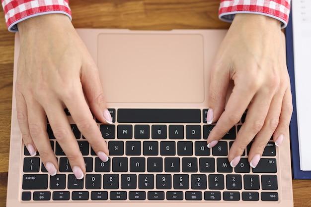 Kobiece dłonie piszą na szkoleniach na klawiaturze laptopa do pracy zdalnej koncepcji