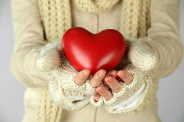 Kobiece dłonie z czerwonym sercem, zbliżenie